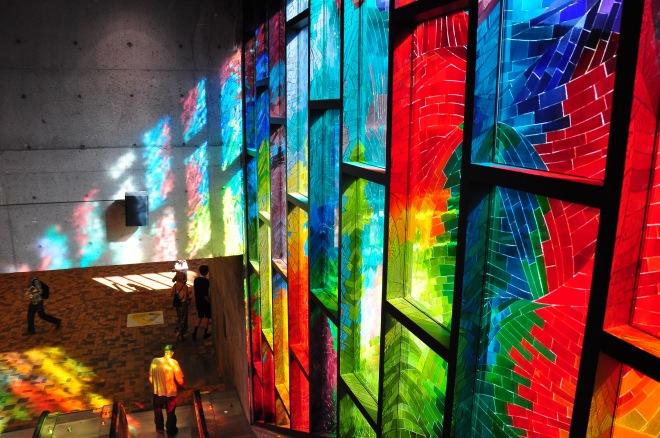 Photo de la lumière aux couleurs vivent des vitraux qui éclaire la station de métro Charlevoix à Montréal