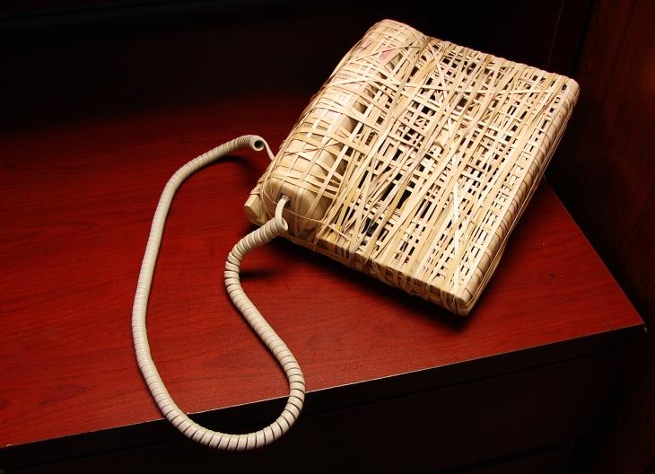 Image d'un téléphone complètement recouvert d'élastique, et donc inutilisable