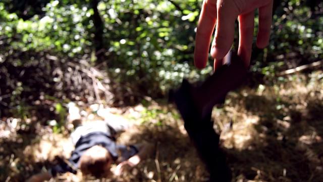 Regret, une image de Joe Lodge (cc by 2.0). Description de l'image: au premier plan, les doigts d'une main tienne un objet flou en forme de L inversé; à l'arrière plan, complètement flou, un corps sur le sol d'un boisé. Pas de coco de pâques cette fois-ci, le commentaire de la photo étant imbattable.