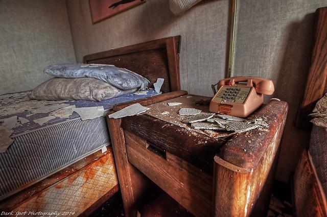Wake up call, une image de David Barnas (cc by-nc 2.0). Description de la photo: dans un hôtel abandonné, une table de chevet et un lit son couvert de morceaux de platre tombés là. Coco de pâques: en fait, j'ai l'impression que personne ne les lit, alors je suis vraiment moins motivée à en faire.