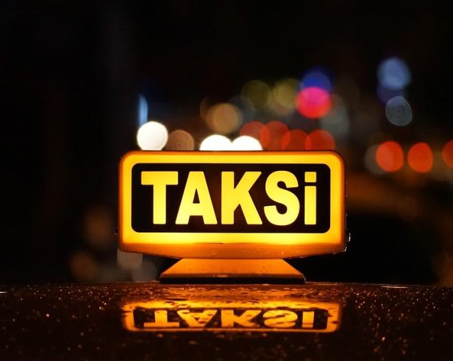 Taxi in Istanbul (TAKSI), une image de Gilly (cc by 2.0). Description: gros plan sur l'enseigne illuminée d'un taxi turc, reflété sur le toit de la voiture.