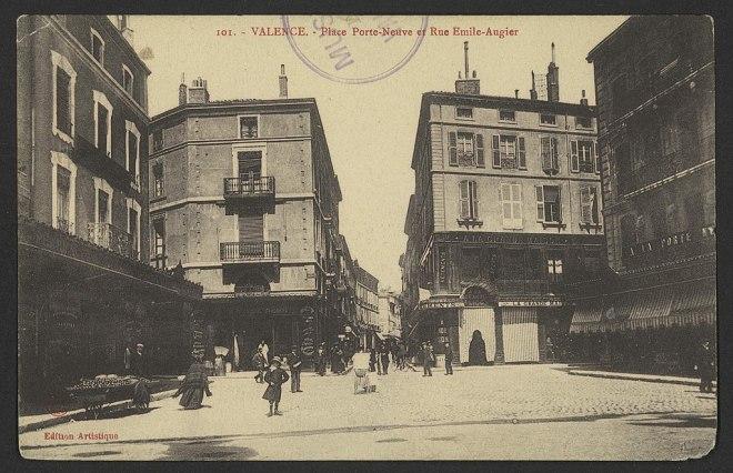 Carte postale ancienne, en noir et blanc, de la place Porte-Neuve et de la rue Émile-Augier à Valence, en France.