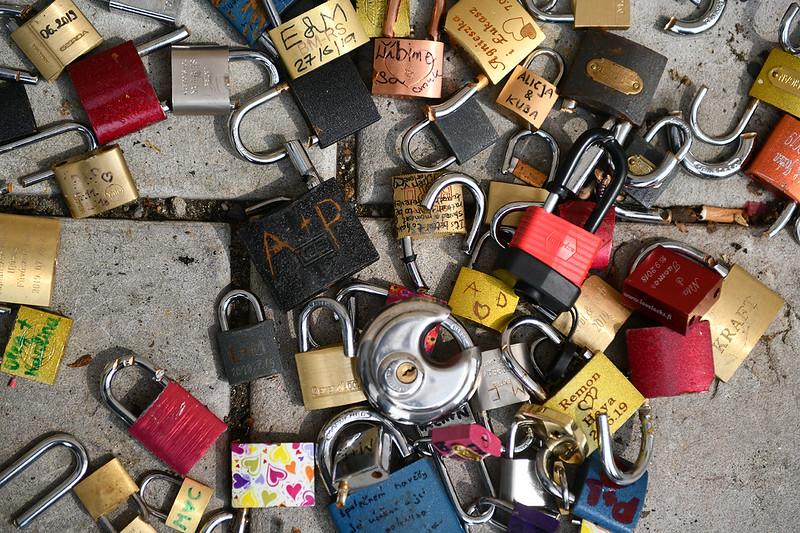 Des cadenas, dont plusieurs avec les noms ou les initiales de couples, jonchent le sol. So, so sad. ;^)