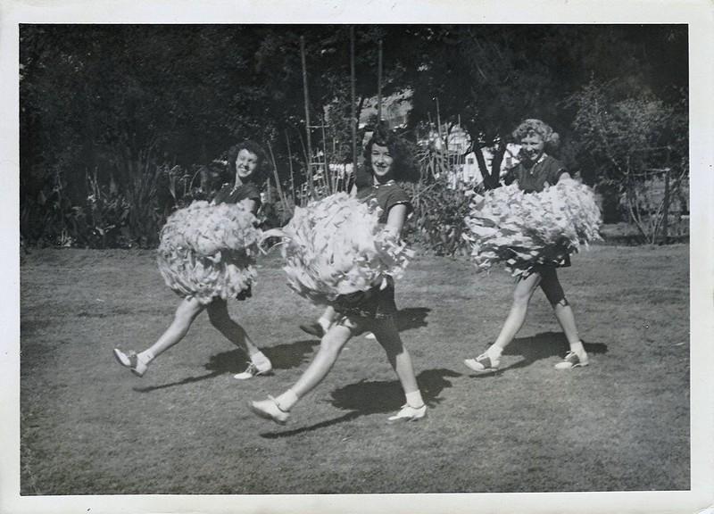 Photo d'époque de trois meneuses de claque avec des ponpons.